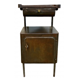 Starý stolek s umyvadlem
